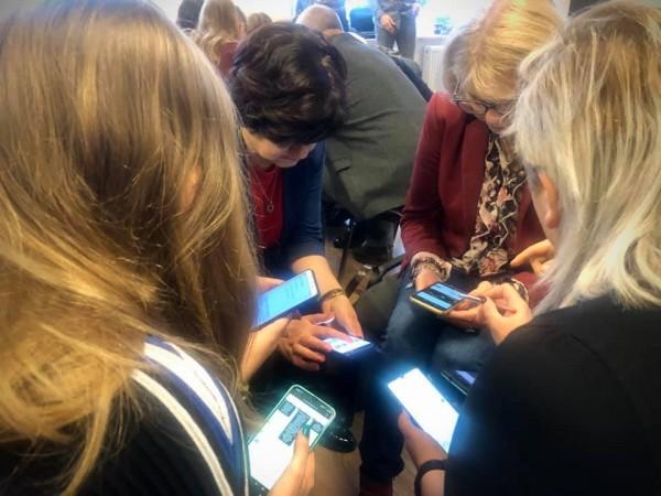 Szkoła epoki smartfona – przeciwdziałanie zagrożeniom ze strony otoczenia cyfrowego